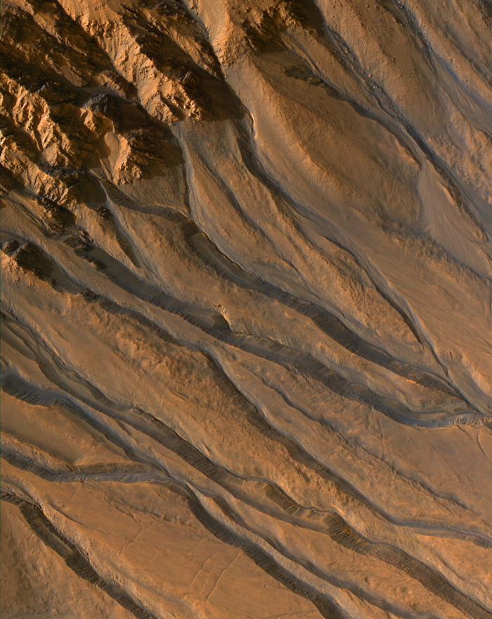 Traces de coulées dans les cratères martiens