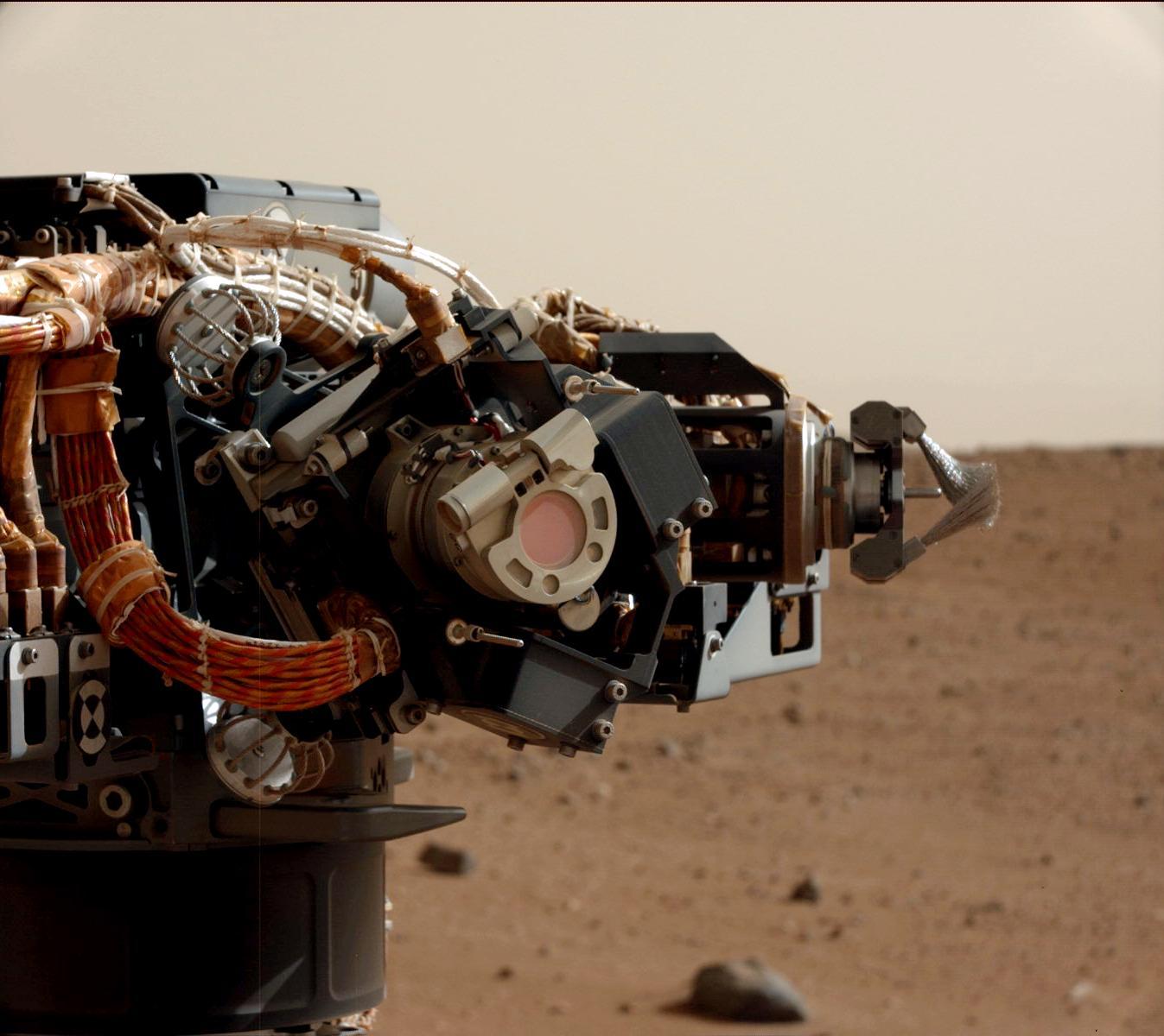 使用DRT毛刷清潔系統掃除火星表面灰塵