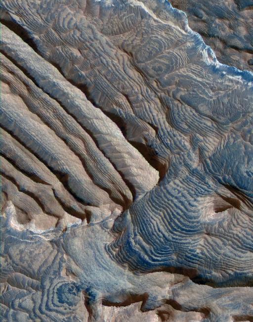 Couches sédimentaires dans le cratère Becquerel